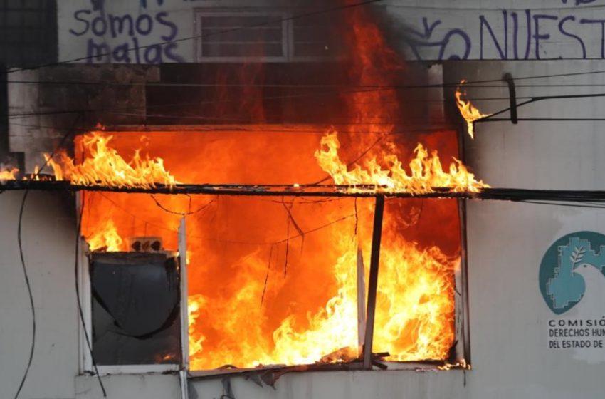Protestantes PROVOCAN incendio en las instalaciones de la CODHEM