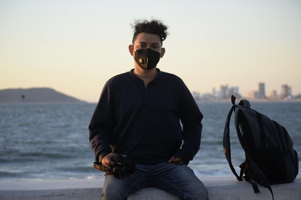 Carlos Zataráin en su labor como fotoperiodista