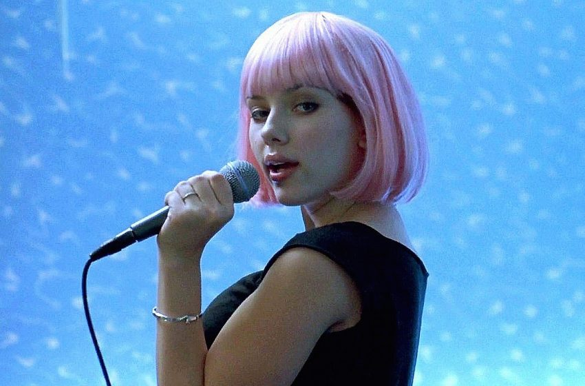 Una rubia en el karaoke