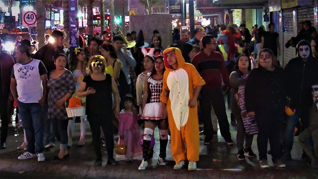 Sin cubrebocas festejan Halloween en TIJUANA