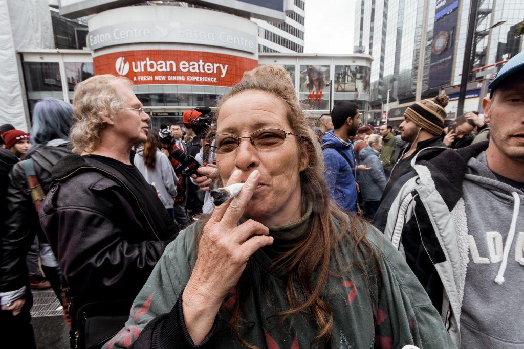 Mujer fumando mariguana