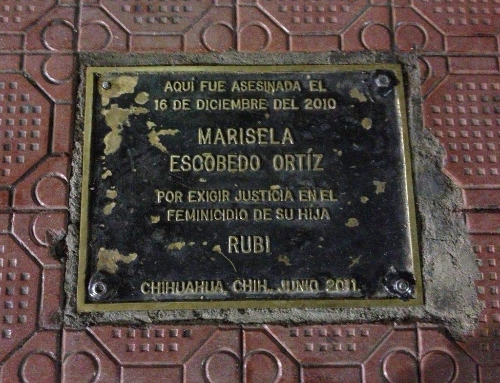 Placa frente al Palacio de Gobierno de Chihuahua en memoria de Marisela.