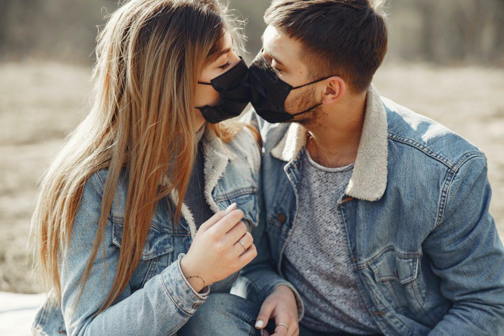 Beso con cubrebocas