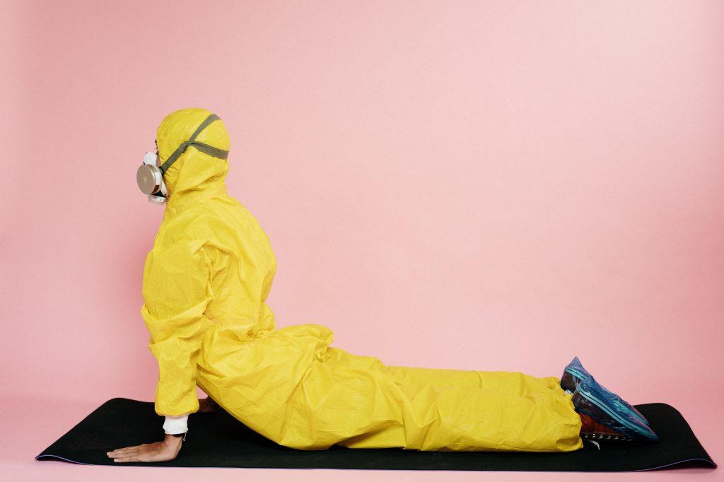 Yoga con traje de protección