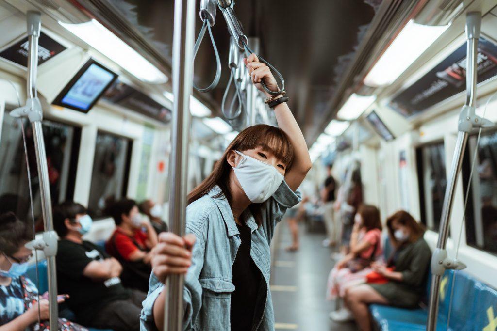 En el metro con cubrebocas